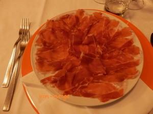 前菜で出されたプロシュート・ディ・サンダニエーレ。香りがすばらしく、あっさりとしてこの量でもペロリ。