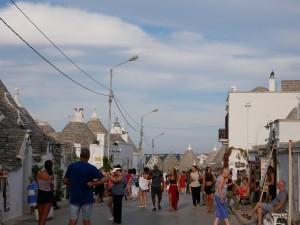 通りは観光客であふれていた