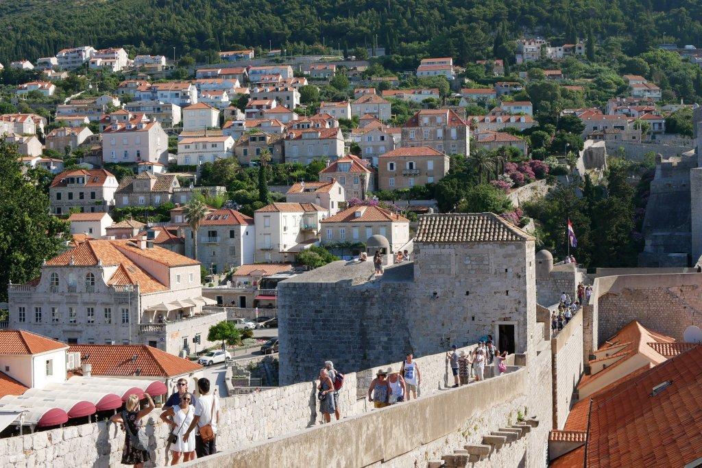 要塞都市であったドブロブニク。街は城壁に囲まれており、その上を歩くことができる。アドリア海の海の色と赤い瓦屋根の街並み。素材としては最高なんだけどね。