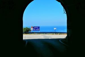 トンネルを抜けると、アドリア海の青い海と空が待っていた
