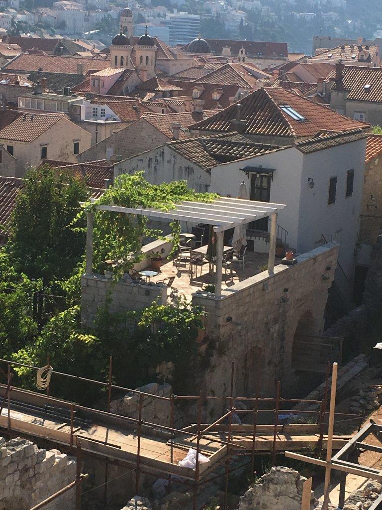 屋上のテラスのある建物が泊まったところ。ここの半地下の部分の狭い部屋が貸し出し用。